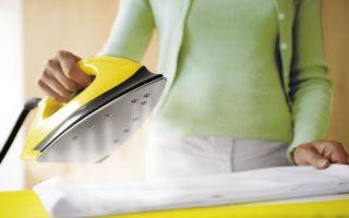 Как погладить одежду без утюга: способы быстрой глажки вещей паром, горячими предметами и растворами