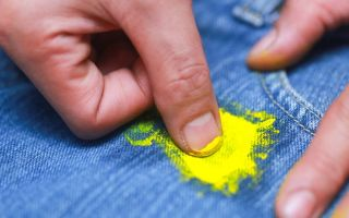 Как убрать пятна от клея на одежде без следов: виды загрязнений на ткани и методы борьбы с ними