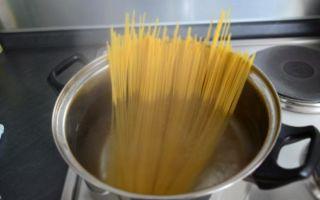 Как варить макароны в кастрюле: время варки в зависимости от сорта, надо ли промывать, когда кидать в воду