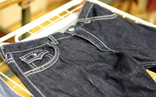 Стираем джинсы: как быстро и правильно их высушить в домашних условиях,