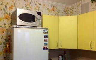 Можно ли ставить микроволновку на холодильник или морозильную камеру: правила использования печи