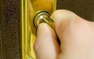Заклинило замок: что делать, если застрял ключ в двери, не проворачивается или сломался