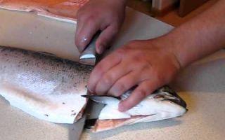 Как правильно разделать форель: почистить, потрошить и разделать на филе рыбу