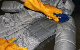 Как почистить пуховик или куртку в домашних условиях: простые способы удалить грязь и пятна
